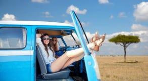 Gelukkige hippievrouwen in minivan auto in Afrika Stock Foto
