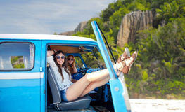 Gelukkige hippievrouwen in minivan auto op eilandstrand Stock Fotografie