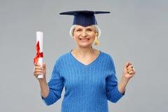 Gelukkige hogere gediplomeerde studentenvrouw met diploma royalty-vrije stock afbeeldingen