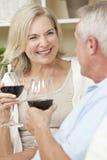 Gelukkige Hogere het Drinken van het Paar Wijn thuis Royalty-vrije Stock Foto's