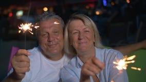 Gelukkige hogere man en vrouw met sterretjes stock footage