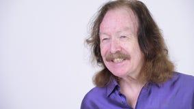 Gelukkige hogere mens met snor die purper zijdeachtig overhemd dragen stock videobeelden