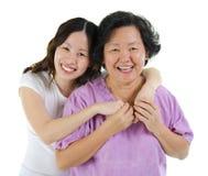 Gelukkige hogere moeder en volwassen dochter Royalty-vrije Stock Fotografie
