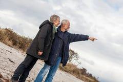 Gelukkige hogere paar bejaarde mensen samen stock afbeelding
