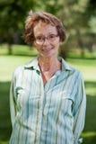 Gelukkige hogere vrouw die zich in park bevindt Royalty-vrije Stock Fotografie
