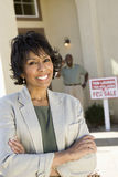 Gelukkige Hogere Vrouw in Front Of New House Stock Foto