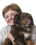 Gelukkige hogere vrouw met een hond royalty-vrije stock afbeeldingen