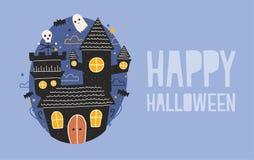 Gelukkige horizontale de vakantiebanner van Halloween met somber achtervolgd kasteel, grappige spoken en knuppels die tegen donke Royalty-vrije Stock Foto