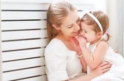Gelukkige houdende van familie en moeder en kind die lachen koesteren stock foto