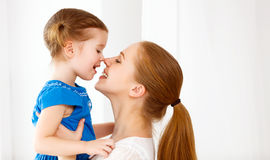 Gelukkige houdende van familie en moeder en kind die lachen koesteren royalty-vrije stock foto's