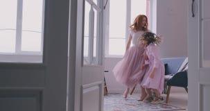 Gelukkige houdende van familie Jonge moeder en haar dochter die in het kinderdagverblijf spelen Het mamma en de dochter dansen op stock footage