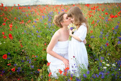 Gelukkige houdende van familie Moeder en kind en meisje die spelen kussen royalty-vrije stock foto's