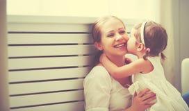 Gelukkige houdende van familie moeder en kind het spelen, kussend en hugg stock foto