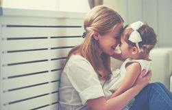 Gelukkige houdende van familie moeder en kind het spelen, kussend en hugg royalty-vrije stock fotografie