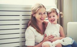 Gelukkige houdende van familie moeder en kind het spelen, kussend en hugg royalty-vrije stock afbeelding