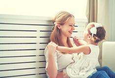 Gelukkige houdende van familie moeder en kind het spelen, kussend en hugg royalty-vrije stock foto's