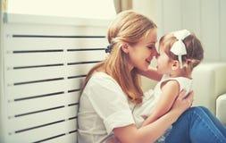 Gelukkige houdende van familie moeder en kind het spelen, kussend en hugg stock afbeeldingen