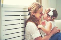 Gelukkige houdende van familie moeder en kind het spelen, kussend en hugg royalty-vrije stock foto