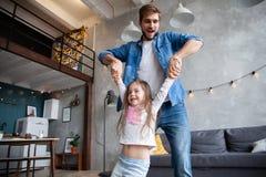 Gelukkige houdende van familie Vader en zijn meisje die van het dochterkind samen spelen Het Concept van de vader` s Dag royalty-vrije stock afbeeldingen