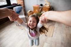 Gelukkige houdende van familie Vader en zijn meisje die van het dochterkind samen spelen Het Concept van de vader` s Dag stock foto