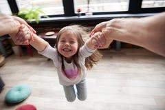 Gelukkige houdende van familie Vader en zijn meisje die van het dochterkind samen spelen Het Concept van de vader` s Dag stock foto's
