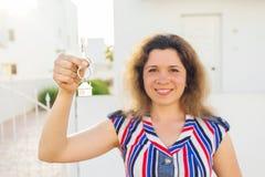 Gelukkige huiseigenaar of renter die sleutels tonen en u bekijken royalty-vrije stock afbeelding