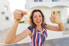 Gelukkige huiseigenaar of renter die sleutels tonen en u bekijken royalty-vrije stock foto