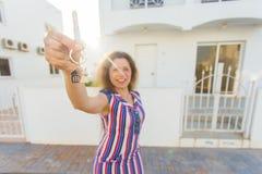 Gelukkige huiseigenaar of renter die sleutels tonen en u bekijken royalty-vrije stock foto's
