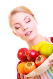 Gelukkige huisvrouw of chef-kok in geïsoleerde keukenschort die vruchten aanbieden stock foto