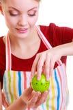 Gelukkige huisvrouw of chef-kok in keukenschort die appeltijdopnemer met behulp van stock foto