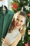 Gelukkige in huisvrouw die feestelijke groene Kerstmiskleding tonen stock fotografie