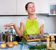 Gelukkige huisvrouw die nieuw recept proberen Stock Afbeeldingen