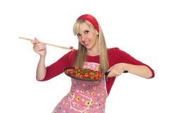 Gelukkige huisvrouw die pret het koken hebben stock foto's