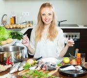 Gelukkige huisvrouw het koken vissen in bloem Royalty-vrije Stock Foto's