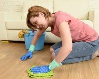 Gelukkige huisvrouwenvrouw met het mooie glimlach het schoonmaken de vloer van de huiswas knielen Royalty-vrije Stock Foto
