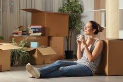 Gelukkige huurder die naar huis rustende ademhalings verse lucht bewegen stock afbeelding