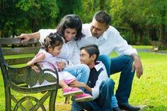 Gelukkige Indische spontane familie stock afbeeldingen