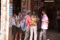Gelukkige Indische student die van holi geniet Stock Foto