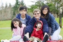 Gelukkige interracial familie die van dag geniet bij park stock foto