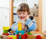 Gelukkige 3 jaar kind met katje Stock Foto