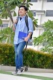 Gelukkige Jeugdige Filipijnse Mannelijke Student Walking royalty-vrije stock foto's