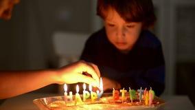 Gelukkige jong geitje blazende kaarsen bij zijn verjaardag stock video