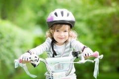 Gelukkige jong geitjezitting op de fiets Stock Foto