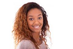 Gelukkige jonge Afrikaanse Amerikaan isoleerde op witte achtergrond - Blac Stock Afbeelding