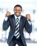 Gelukkige jonge Afrikaanse Amerikaanse zakenman Royalty-vrije Stock Foto's