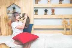 Gelukkige jonge Aziatische mooie Kaukasische vrouw die en een kat kussen houden Thuis het spelen met huisdier Liefde, behaaglijkh royalty-vrije stock foto