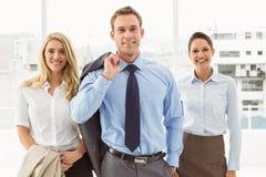 Gelukkige jonge bedrijfsmensen in bureau Royalty-vrije Stock Fotografie