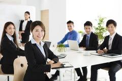 gelukkige jonge bedrijfsmensen in vergadering Stock Foto's