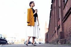 Gelukkige jonge bedrijfsvrouw die op de straat lopen royalty-vrije stock fotografie