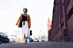 Gelukkige jonge bedrijfsvrouw die op de straat lopen royalty-vrije stock foto